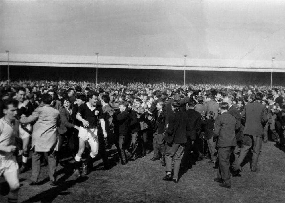 dundee win title at muirton park 1962 c.jpg